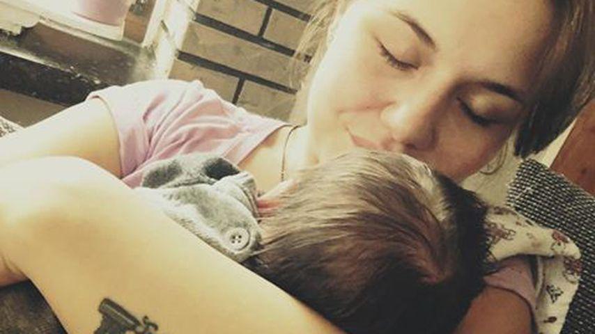 1. Babyfoto: Lisa Wohlgemuth kuschelt mit ihrem Söhnchen