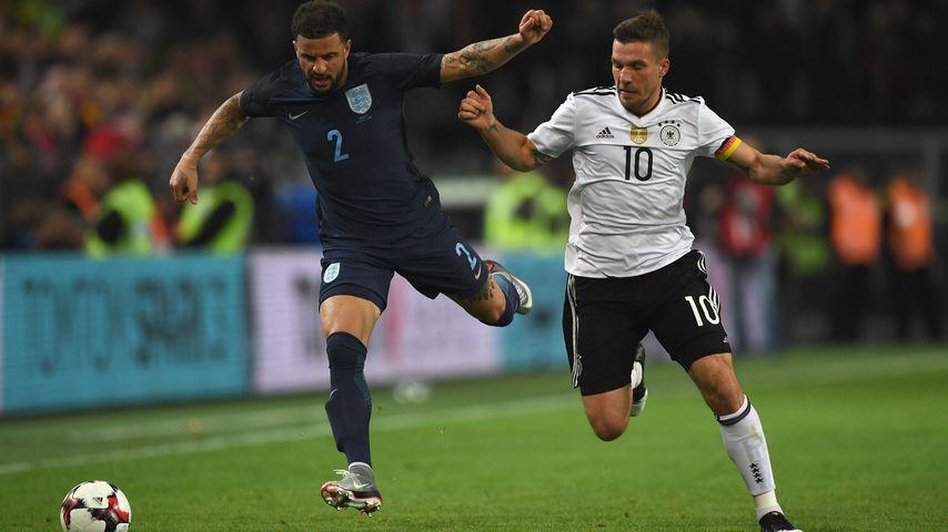 Kyle Walker und Lukas Podolski, März 2017 beim Spiel Deutschland gegen England