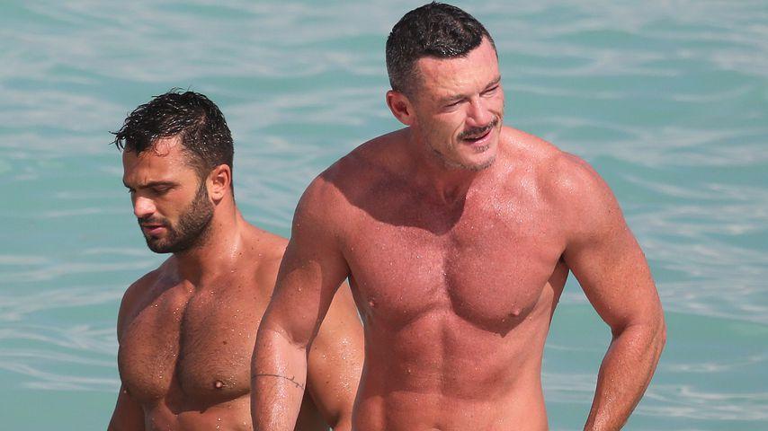 Luke Evans mit einem Unbekannten im Meer bei Miami
