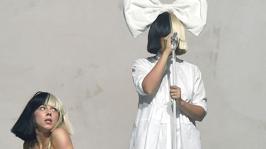 Maddie Ziegler und Sia bei einem Auftritt