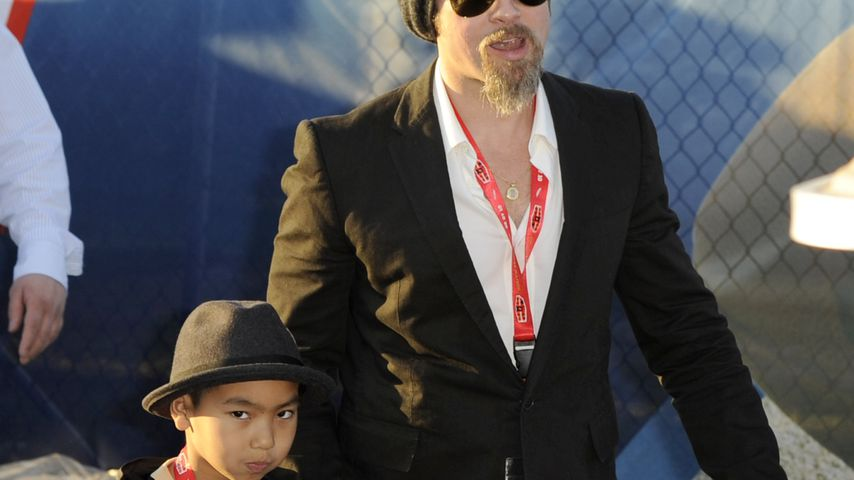 Maddox Jolie-Pitt und Brad Pitt, Februar 2010