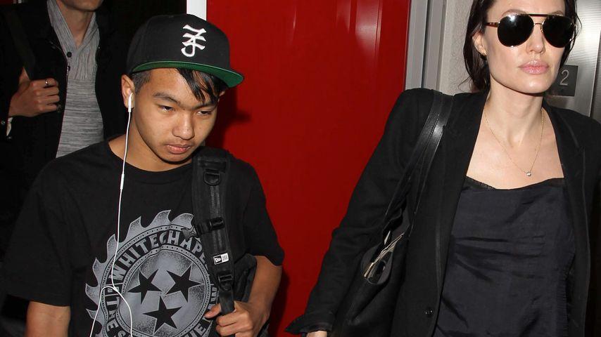 Maddox und Angelina Jolie am Flughafeb von Los Angeles