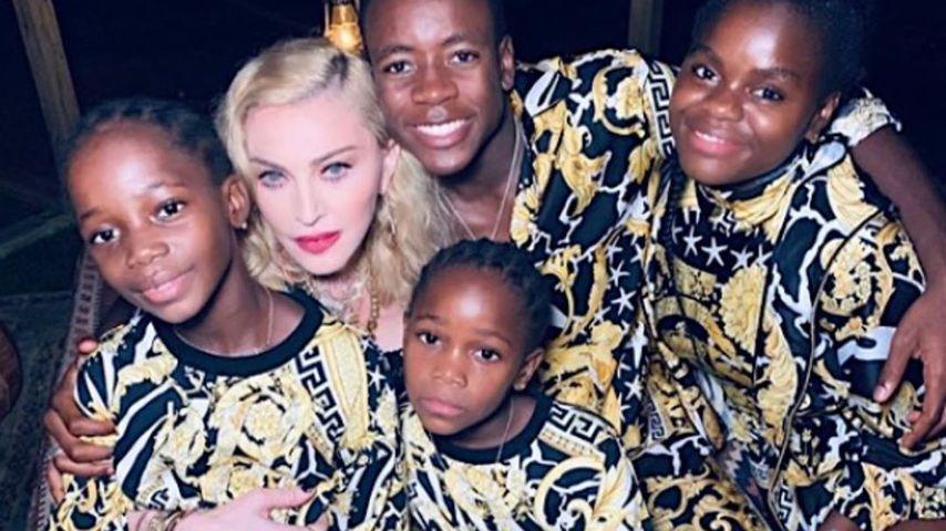Madonna mit ihren Adoptivkindern Estere, Stella, David Banda und Mercy James, (v.l.)