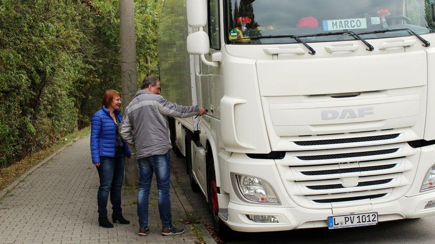 """""""Schwiegertochter gesucht""""-Marco und Bewerberin Daniela an seinem Lkw"""