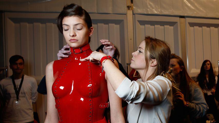 Marina Hoermanseder mit einem Model bei der Berlin Fashion Week im Januar 2015