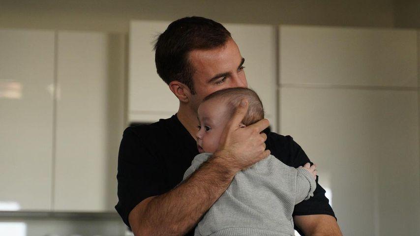 Mario Götze mit seinem Sohn Rome im November 2020