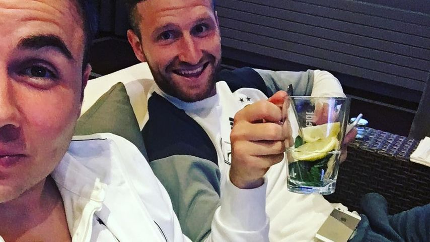 Mit Tee: So brav gucken Mario Götze & Mustafi die EM 2016!