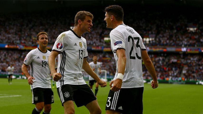 Thomas Müller & Mario Gomez beim Spiel Nordirland gegen Deutschland bei der EM 2016 in Paris