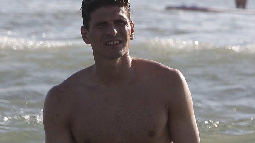 Gomez Wird Am Strand Geleckt