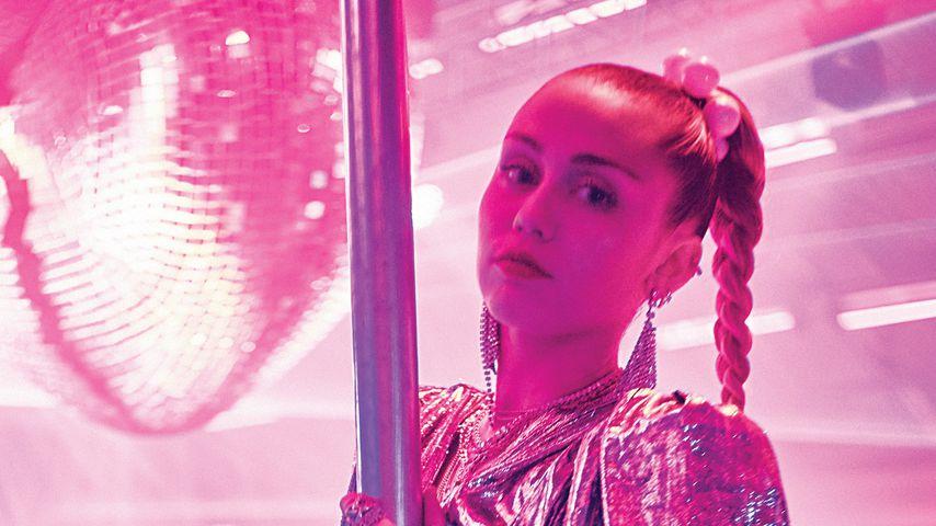 "Mark Ronson und Miley Cyrus im Musikvideo zu ""Nothing Breaks Like A Heart"""