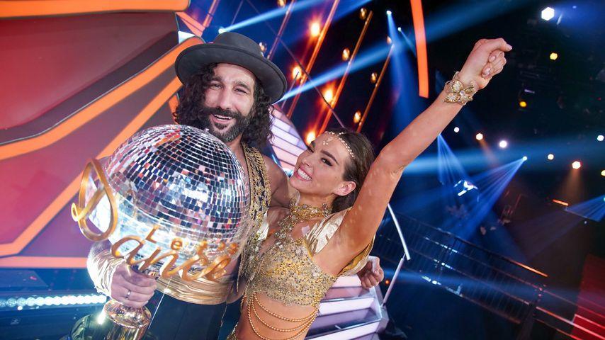 """Massimo Sinató und Lili Paul-Roncalli mit dem """"Let's Dance""""-Pokal"""