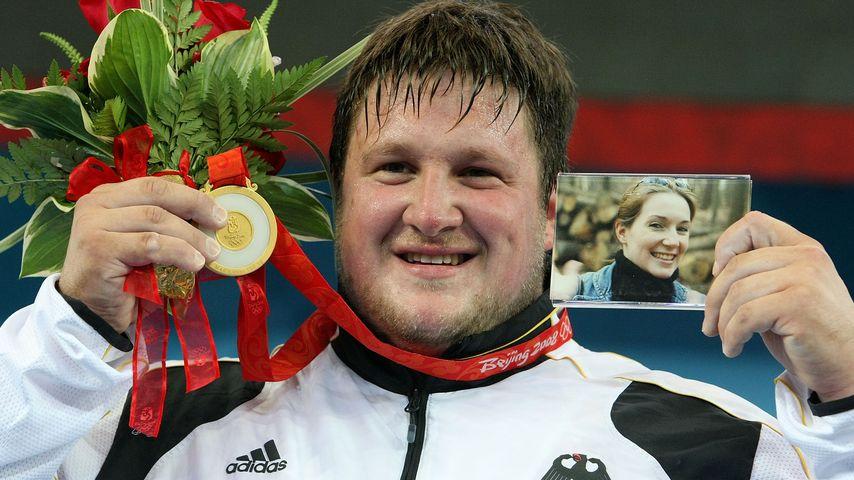 Gewichtheber Matthias Steiner mit der Goldmedaille bei Olympia 2008 in Peking