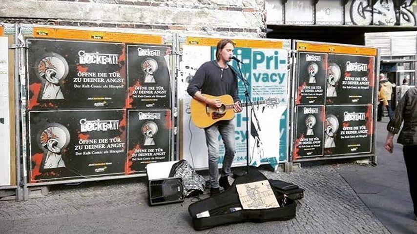 Max Buskohl macht Musik auf der Straße