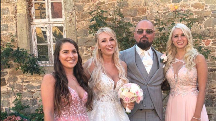 Meike Emonts und Carina Spack mit dem Brautpaar Jessi und Niklas Schröder