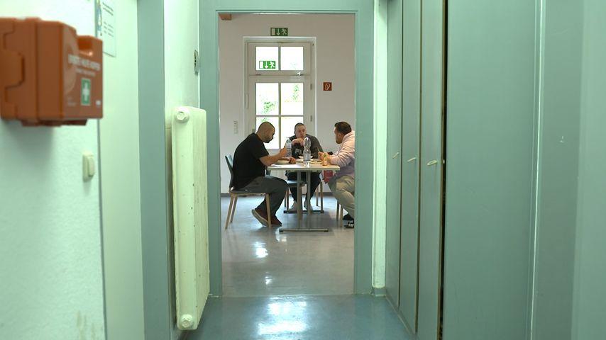 Menowin Fröhlich mit zwei Kollegen in der Entzugsklinik