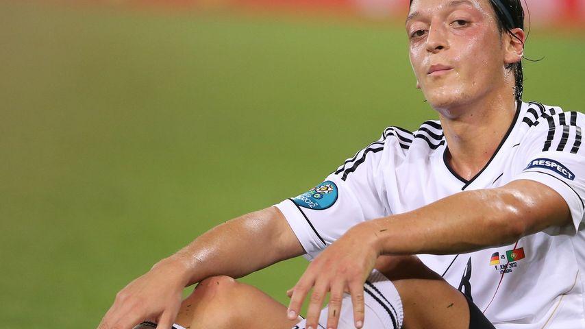 Mesut Özil übelst von Rassisten beschimpft!