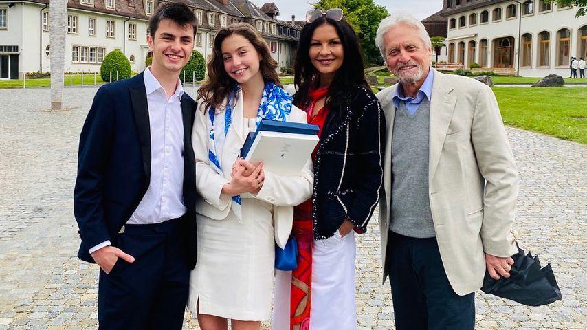 Michael Douglas (r.) mit seiner Frau Catherine Zeta-Jones und ihren Kindern Carys und Dylan