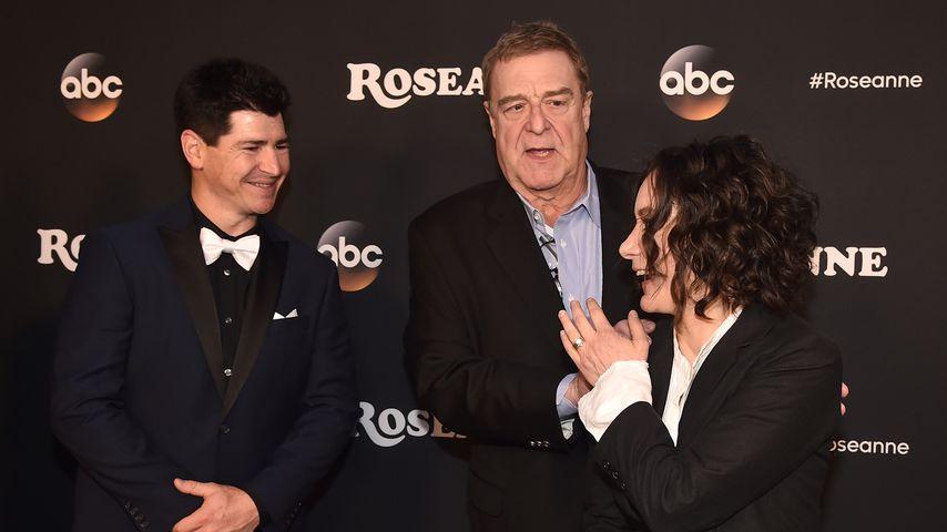 """Michael Fishman, John Goodman und Sara Gilbert bei der """"Roseanne""""-Premiere"""