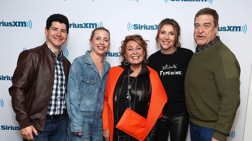 "Der ""Roseanne""-Cast Michael Fishman, Lecy Goranson, Roseanne Barr, Sarah Chalke und John Goodman"