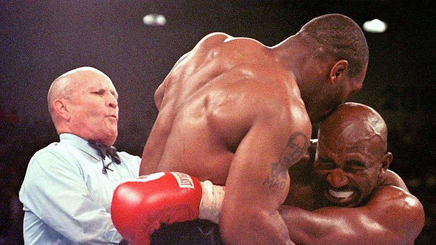 Mike Tyson beißt in das Ohr von Gegner Evander Holyfield 1997