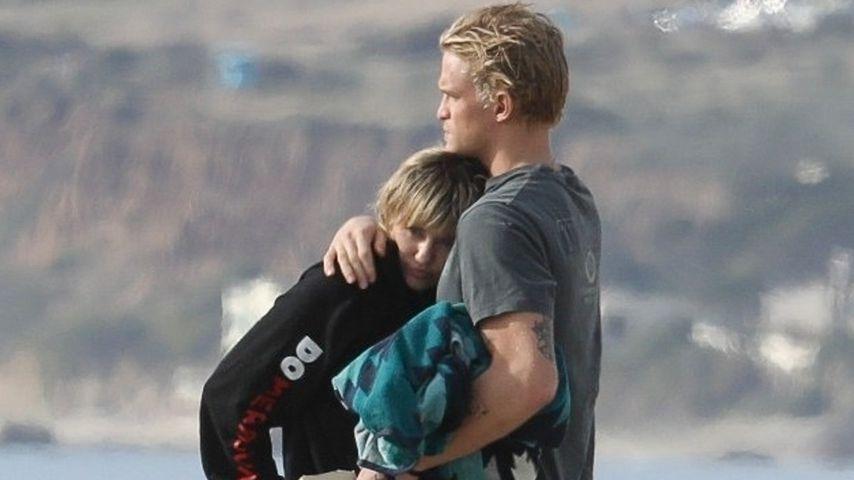 Miley Cyrus und Cody Simpson kuscheln zusammen am Strand