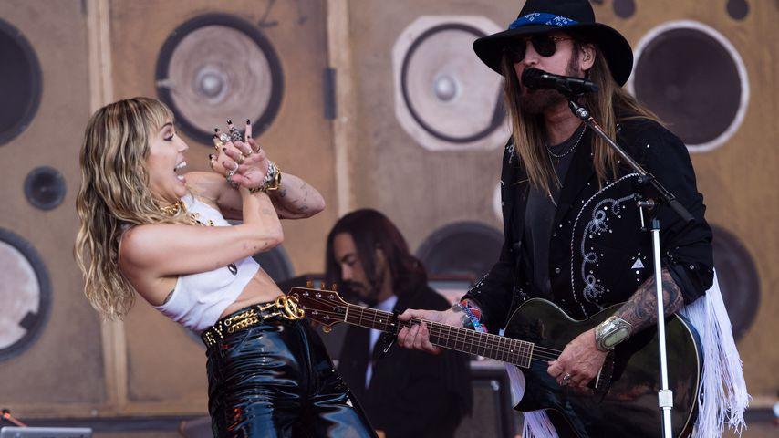 Miley und Billy Ray Cyrus während ihres Auftritts beim Glastonbury Festival 2019 in Glastonbury