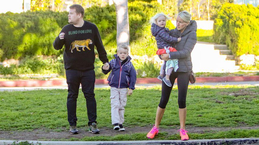 Moderator James Corden mit seinen Kindern Max und Carey und seiner Frau Julia