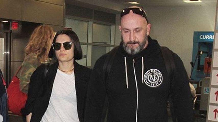 Musikerin Jessie J. am Flughafen mit ihrem Bodyguard Dave