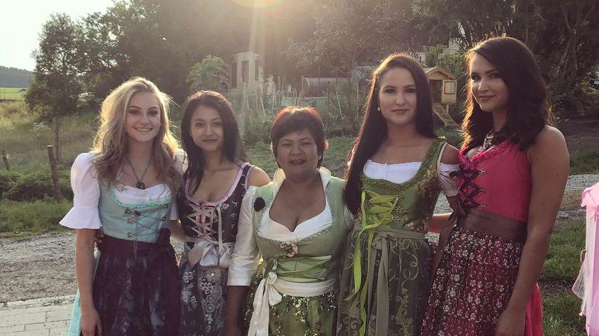 Narumol mit ihrer Tochter Jenny (l.) und deren Freundinnen