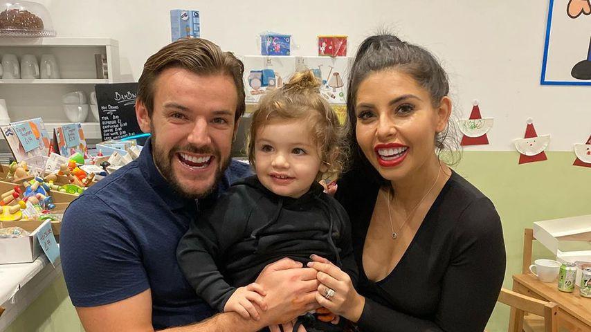 Nathan Massey und Cara de la Hoyde mit ihrem Sohn