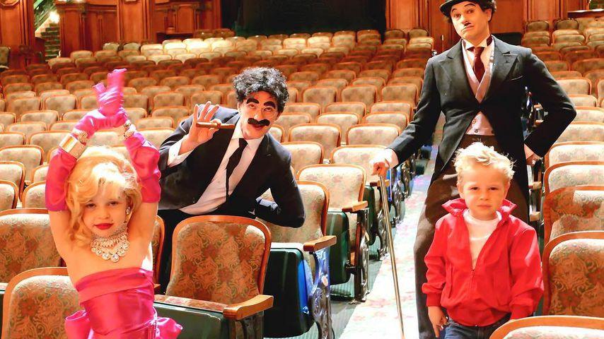 Neil Patrick Harris (hinten links) und David Burtka mit ihren Kindern an Halloween