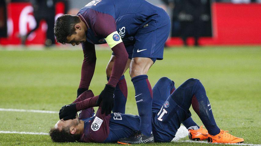 Neymar Jr. bei seiner Verletzung mit Teamkollege Thiago Silva
