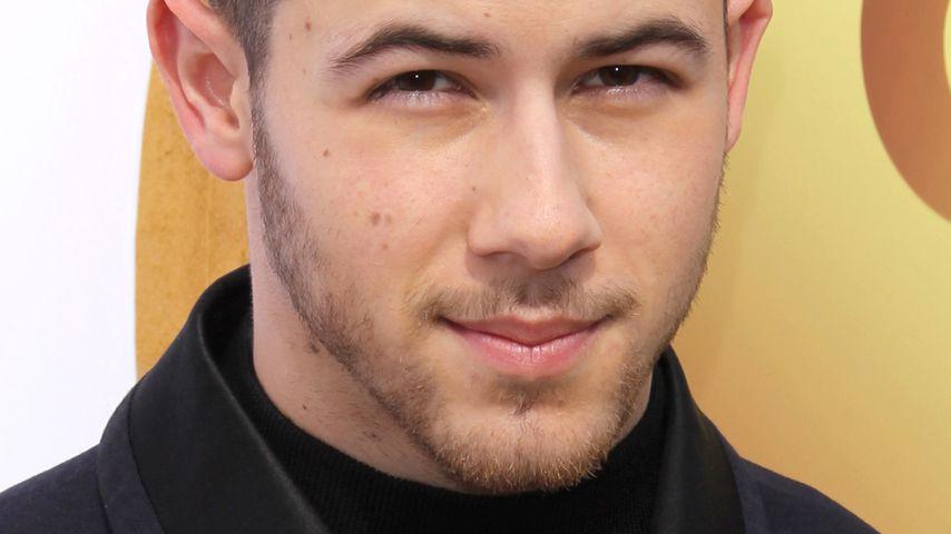 Heißes Date: Hier knutscht Nick Jonas eine Unbekannte!
