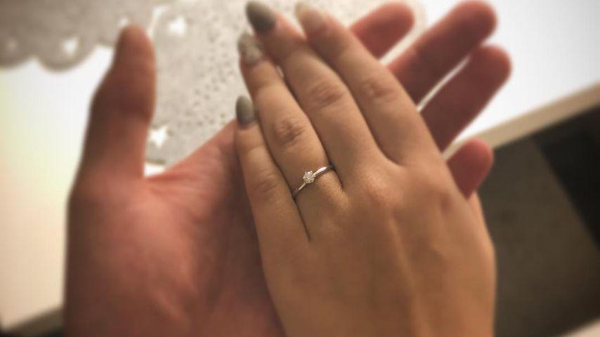 Nik Schröder und Jessi Neufeld zeigen den Verlobungsring