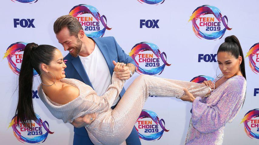 Nikki und Brie Bella mit Artem Chigvintsev, August 2019