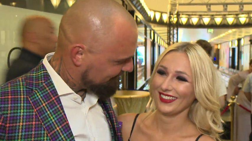 Erster Paar-Auftritt: Nik bejubelt seine Jessica auf Catwalk