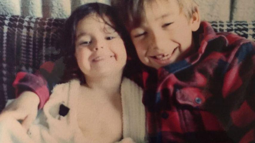 Kinderfoto: Nina Dobrev grinst mit ihrem Bruder um die Wette