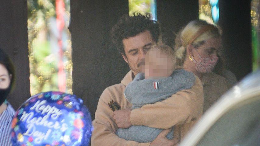 Bei einem Ausflug: Orlando Bloom kuschelt mit Baby Daisy