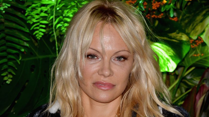 Pamela Anderson bei der Fashion Week in Paris