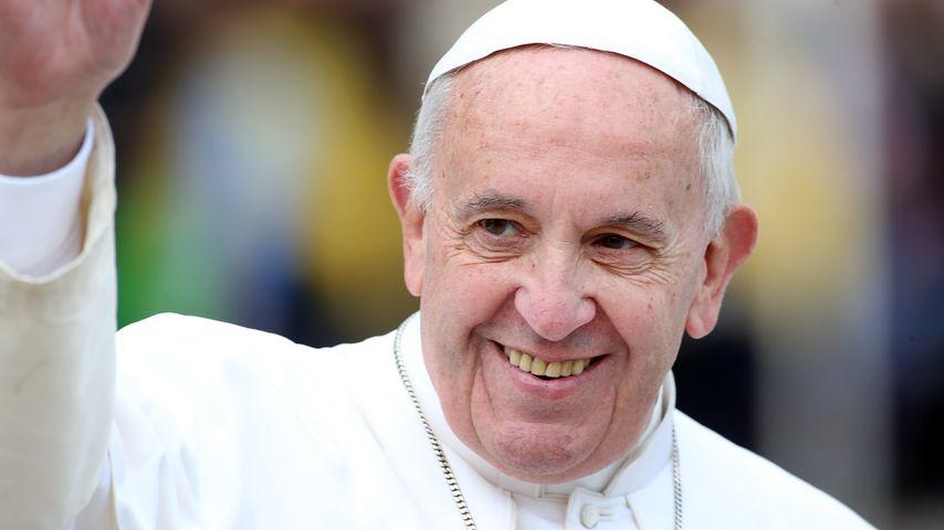 Wie niedlich: Kleines Mädchen klaut dem Papst seine Kappe!