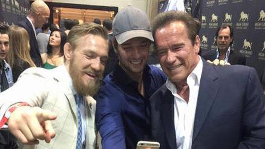 Selfie-Mentor: Patrick Schwarzengger gibt Papa Arnie Tipps