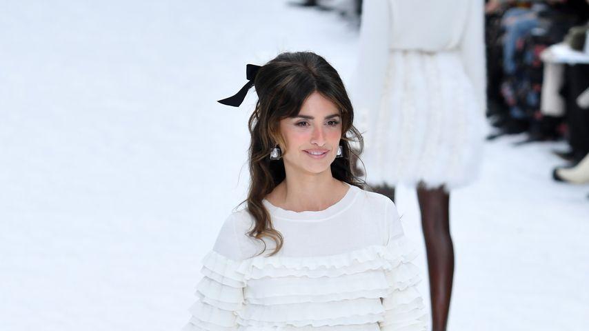 Model Penelope Cruz bei der letzten Chanel-Fashionshow mit Lagerfelds Kreationen