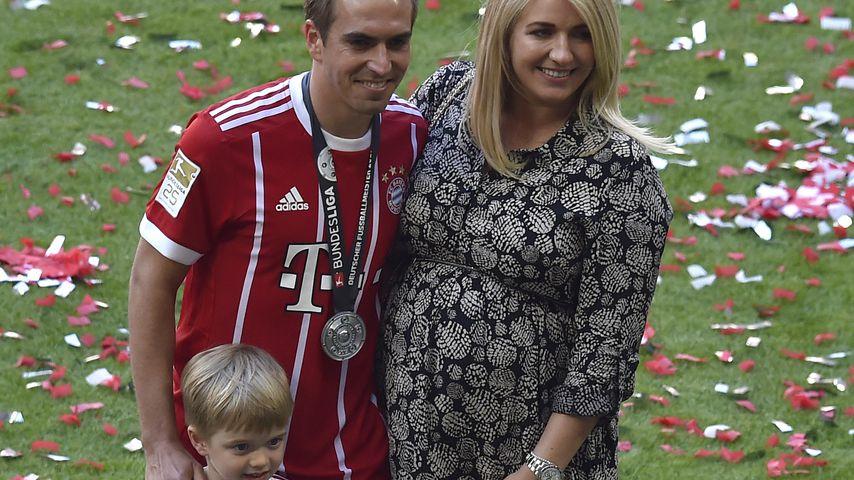 Philipp Lahm mit Frau Claudia und Sohn Julian in München
