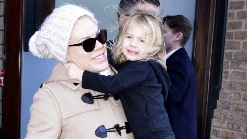 So süß! Pinks Tochter Willlow lächelt Paparazzi an