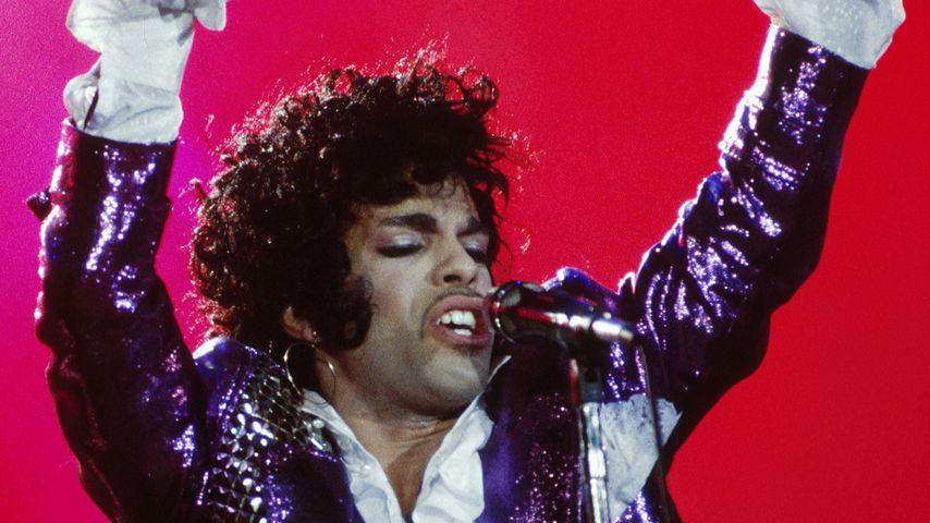 Prince' fünfter Todestag: Fans gedenken des Sängers an Urne