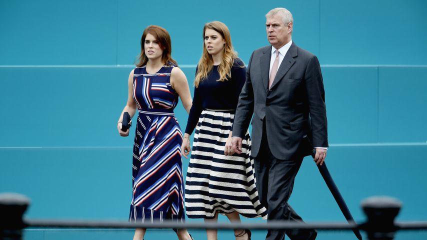Prinz Andrew mit seinen Töchtern Eugenie (links) und Beatrice (rechts)