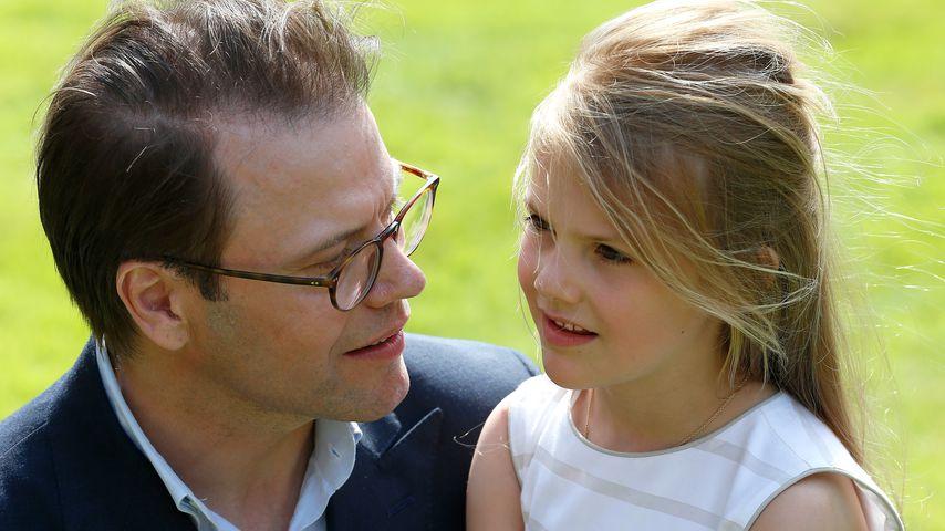 Prinz Daniel von Schweden neben seiner Tochter Prinzessin Estelle