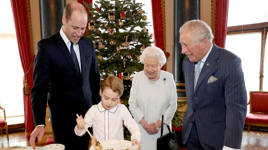 Prinz George, Prinz William, Queen Elizabeth II. und Prinz Charles beim Backen im Dezember 2019