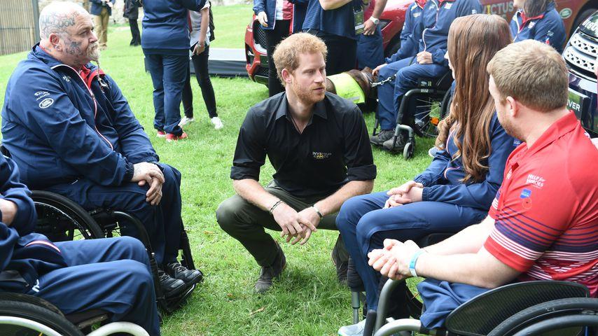 Prinz Harry im Gespräch mit Teilnehmern der Invictus Games 2017
