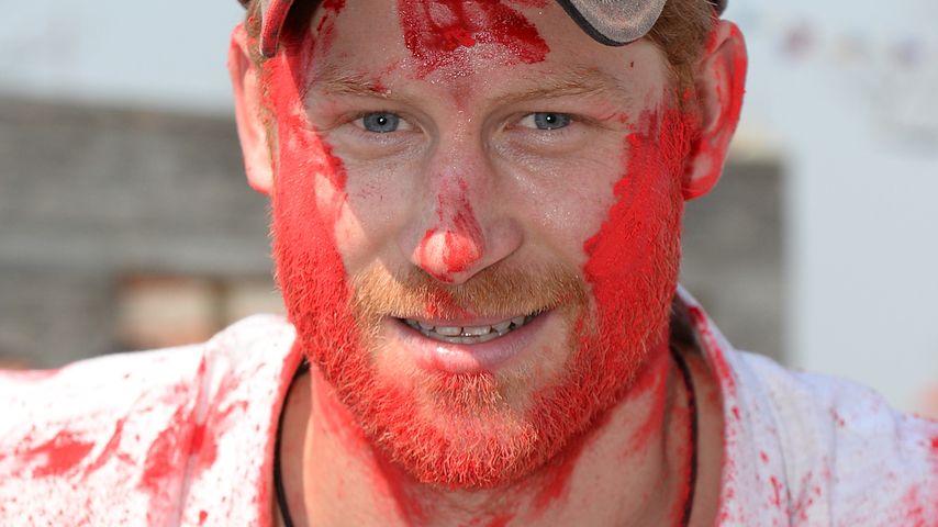 Royales Holi-Fest: Prinz Harry verzückt als roter Baron!